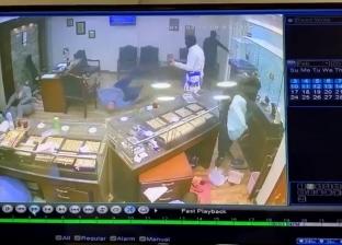 لحظة سرقة محل ذهب بشارع الهرم وإطلاق النار على أحد العاملين به