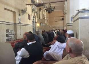 وزير الزراعة ومحافظ مطروح يؤديان صلاة الجمعة بالمسجد الكبير في سيوة
