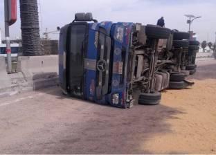 انقلاب سيارة نقل محملة بـ30 طن أخشاب دون إصابات أو وفيات في الفيوم