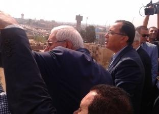 """رئيس الوزراء يتفقد عمارات سندوب بالدقهلية.. وسيدات: """"هتقع علينا"""""""