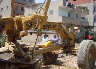 صور| القائم بأعمال رئيس مدينة كفر الشيخ يتابع رصف الشوارع بالعاصمة