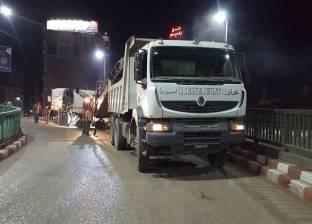 محافظة أسيوط تواصل حملات تسوية وكشط مداخل ومنازل الكباري الرئيسية