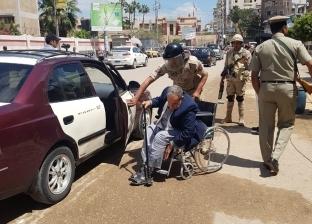 مبادرات إنسانية لقوات تأمين الاستفتاء لمساعدة كبار السن في الدقهلية