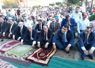 محافظ بورسعيد يؤدي صلاة العيد بساحة المسجد الكبير في مدينة بورفؤاد