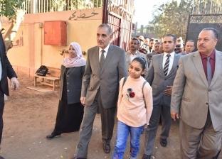 """محافظ أسيوط يصطحب تلميذة اعتدى عليها مُعلم إلى المدرسة: """"وعد ووفى"""""""