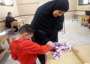 مسنة تصطحب حفيدها الطفل للإدلاء بصوتها في الانتخابات الرئاسية