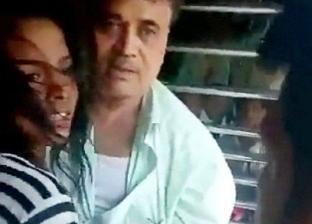 بالفيديو| شاب ينقذ فتاة من الموت أسفل عجلات قطار في الهند