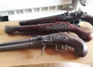 """""""جمارك الإسكندرية"""" تضبط محاولة تهريب 3 مسدسات وأسلحة بيضاء"""