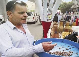 «عبدالواحد» يحارب «غلاء الترمس»: الفول بدل «الحمص»