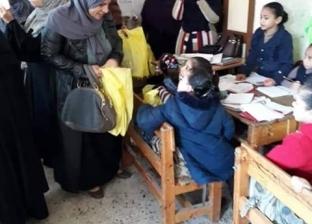 """توزيع أدوات مدرسية على طلاب """"عبد الهادي الإمام""""  بـ""""الحوارني"""" في دمياط"""