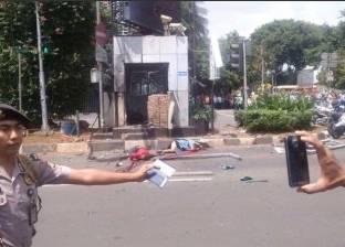 بالفيديو| الشرطة الإندونيسية تتبادل إطلاق النار مع مسلحين في موقع الانفجار