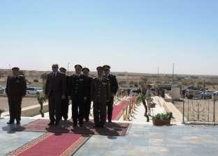مديرو الأمن يضعون الزهور على النصب التذكاري في يوم الشهيد
