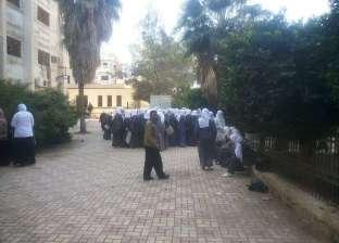 مديرة مدرسة «تشم» الطالبات للتأكد من نظافتهن