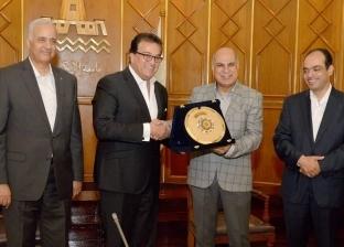 """وزير التعليم العالي يكرم """"القمري"""" لانتهاء مدة رئاسته لجامعة كفر الشيخ"""