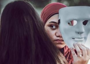 """لكشف الناس اللي بـ100 وش.. محمد يجسد نفاق """"السوشيال ميديا"""" بجلسة تصوير"""