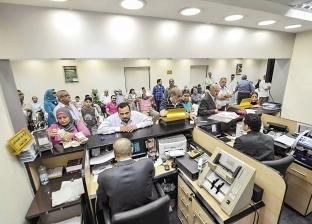 طوابير أمام البنوك وATM لصرف المرتبات والمعاشات قبل عيد الفطر