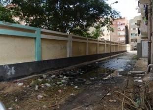 «السلام».. مياه «الصرف» تهدد الطالبات.. والجيران: رئيس الحى قال لنا «مفيش فايدة»