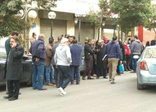 تجمع عدد من أنصار نقيب الصيادلة المعزول أمام محكمة عابدين