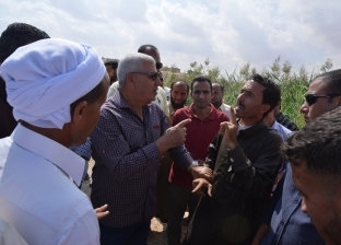 محافظ مطروح يتفقد قرية علوش ويوجه بدراسة إنشاء وحدة صحية