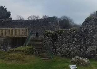 """""""شبح"""" من العصور الوسطى يظهر أمام قلعة تاريخية في إنجلترا"""