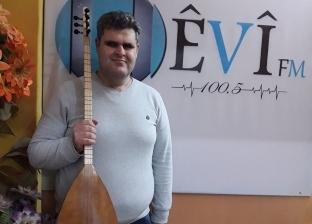 عماد داري.. مطرب كفيف أصبح أيقونة للغناء بشمال سوريا: أحارب بصوتي