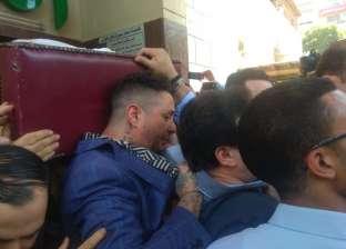 بالصور.. انهيار أحمد الفيشاوي أثناء تشييع جنازة والده