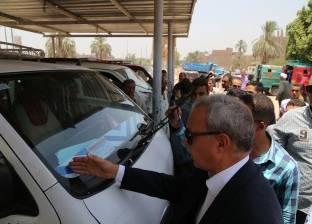 بالصور| محافظ قنا ينقل مدير مواقف سيارات الأجرة بدشنا