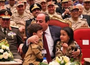 السيسي مع أمهات وزوجات وأبناء الشهداء بندوة القوات المسلحة