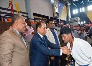 نائب محافظ أسوان يهدي الميداليات للفائزين ببطولة الجمهورية للكاراتيه