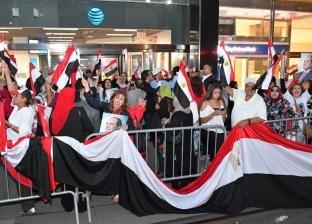 أفراد الجالية المصرية في ألمانيا يتجمعون أمام مقر إقامة السيسي ببرلين