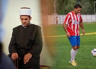 """""""بالعمامة والقميص الرياضي"""".. إمام مسجد برتبة لاعب كرة قدم"""