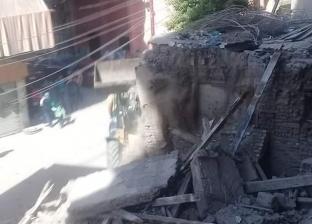 إزالة عقار يمثل خطورة على أرواح المواطنين في دمياط
