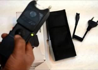 بعد استخدامه في حادث سرقة.. ما الموقف القانوني لحمل الصاعق الكهربائي؟