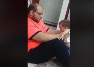 """""""فلسطيني يقيم بالسعودية"""".. تفاصيل القبض على الأب صاحب فيديو تعذيب طفلته"""