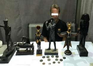 إحباط تهريب 6 تماثيل و13 عملة أثرية بحوزة أجنبي عبر مطار الأقصر