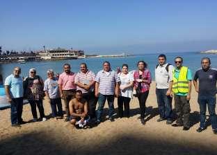 فريق «إنقاذ السلاحف» ينظف شواطئ الإسكندرية