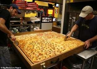 """""""تكفي لقرية كاملة"""".. سلسلة مطاعم أمريكية تقدم أكبر بيتزا في العالم"""