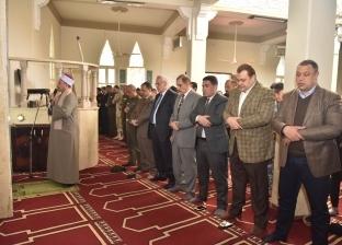 محافظ أسيوط يؤدي صلاة الغائب على أرواح الشهداء بمسجد قوات الأمن