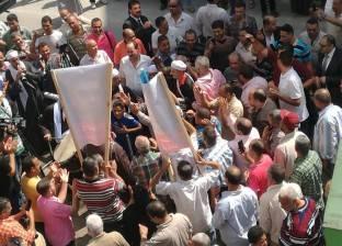 فيديو| صحفيون يستقبلون ياسر رزق بعد عودته من رحلة علاج بالطبل والمزمار