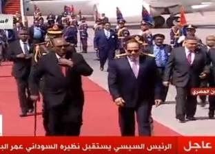 عاجل بالصور| السيسي يستقبل عمر البشير في مطار القاهرة