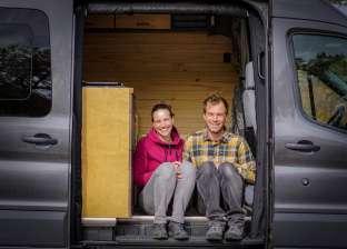 """زوجان يتركان عملهما للاستمتاع بالحياة بمنزل متنقل: """"قررنا نعيش"""""""