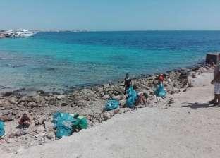 مصريون وسياح في حملة تطوعية لتنظيف شواطئ الغردقة تزامنا مع عيد الأضحى