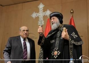 """""""الفقي"""" يهدي بابا الإسكندرية صليب فضي قديم من تصميم قبطي"""