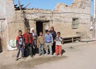 «خليل» وأبناؤه السبعة.. يسكنون غرفة فى مقابر قنا دون مياه أو كهرباء