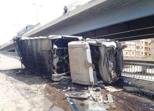 صور| إصابة سائق في انقلاب سيارة قمامة من أعلى كوبري أبيس بالإسكندرية