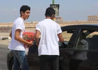شباب مستقبل وطن بمطروح يستقبلون المصطافين بالورد وأرقام الجهات الخدمية