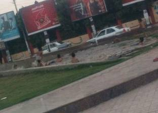 """""""أطفال أسيوط"""" يحولون نافورة الجامعة إلى حمام سباحة هربا من حرارة الجو"""