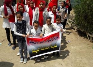 بالصور  الأطفال يهدون الورود لضباط لجنة أبو جريدة في دمياط