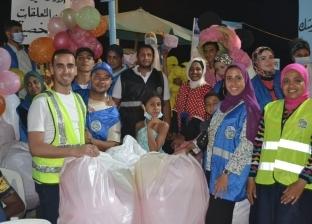 بـ «وجبات وبلالين».. شباب يدخلون بهجة العيد على المشردين بالإسكندرية