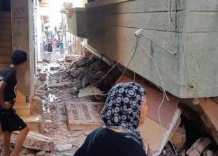 صور.. مصرع عجوز وإصابة سيدتين بعد انهيار عقار من 4 طوابق بالدقهلية